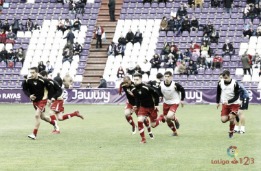 Jugadores del Rayo Vallecano calentando antes de un partido   Fotografía: La Liga
