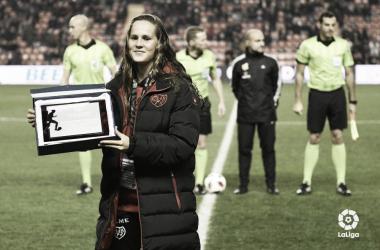 Eva Alonso recibió una placa conmemorativa antes del Rayo - Leganés | Fotografía: La Liga