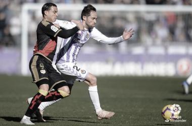 Raúl de Tomás peleando el balón ante el Valladolid | Foto: LaLiga Santander