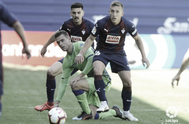 Lo Celso cayendo peleando el balón   foto: LaLiga Santander