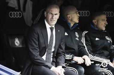 Zidane observa desde el banquillo a sus jugadores / Foto: LaLiga