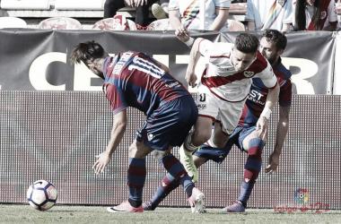 Álex Moreno siendo derribado por dos rivales | Fotografía: La Liga