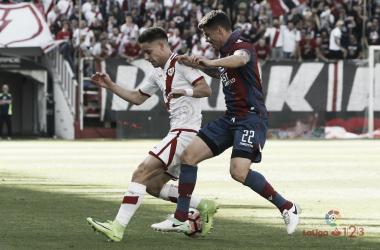 Álex Moreno tratando de llevarse el esférico   Fotografía: La Liga