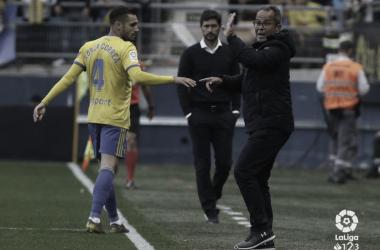 Álvaro Cervera da instrucciones a Correa durante el partido contra el Málaga | laliga.es