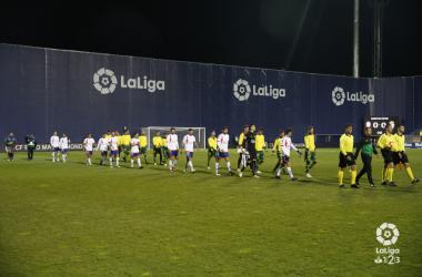 Jugadores del Rayo Majadahonda y Las Palmas saltando al césped | Fotografía: La Liga