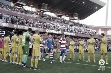 """Los jugadores del Alcorcón ofrecieron un """"pasillo"""" al Granada antes del partido. Foto: LaLiga"""