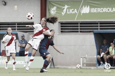 Eva Alonso tratando de llevarse el esférico ante una rival   Fotografía: La Liga