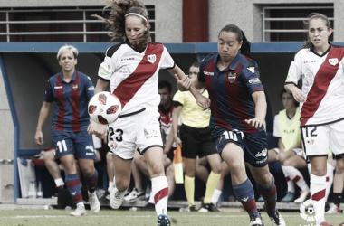 Eva Alonso tratando de llevarse el balón | Fotografía: La Liga