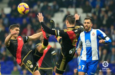 Raúl de Tomás y Velázquez despejando un balón | Fotografía: La Liga