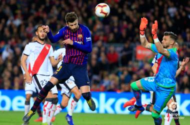 Piqué anotando un gol a Dimitrievski | Fotografía: La Liga