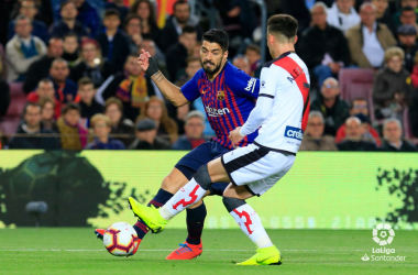 Álex Moreno tratando de detener a Luis Suárez | Fotografía: La Liga
