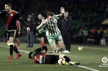 Álex Moreno sobre el césped tras una entrada. Fotografía: La Liga