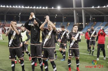 Jugadores del Rayo Vallecano aplaudiendo a la afición   Fotografía: La Liga