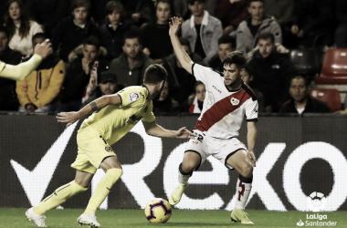 Pozo tratando de llevarse el balón desequilibrando a un rival | Fotografía: La Liga