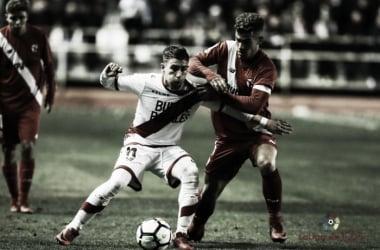 Embarba pugna un balón | Fotografía: La Liga.