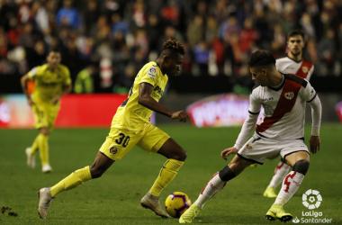 Álex Moreno controlando a un rival | Fotografía: La Liga