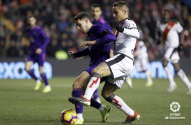 Trejo tratando de llevarse un balón ante Hugo Mallo   Fotografía: La Liga