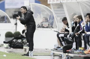 Asier Garitano arengando a sus jugadores en el partido que disputó el Leganés en Anoeta / Foto: LFP
