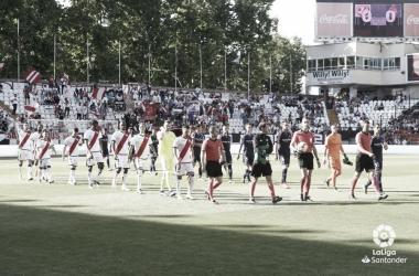 Salida de los jugadores en Vallecas ante el Valladolid | Foto: LaLiga Santander