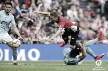 Araújo cometiendo penalti sobre Muniain. | Fuente: LaLiga