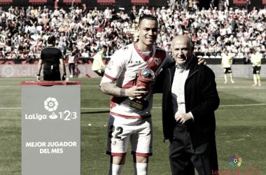 Raúl de Tomás recibiendo un premio a mejor jugador del mes | Fotografía: La Liga