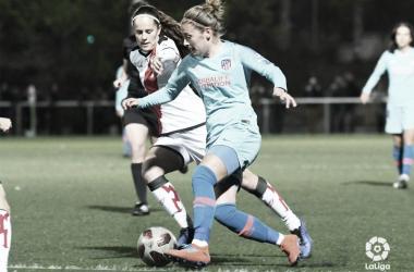 Eva Alonso tratando de arrebatar el esférico | Fotografía: La Liga