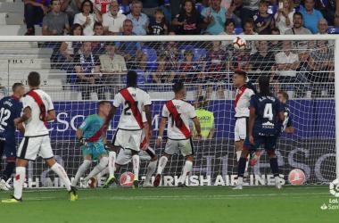 Álex Moreno despejando un balón | Fotografía: La Liga