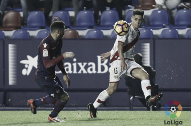 Álex Moreno enviando un centro | Fotografía: La Liga