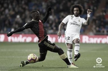 Luis Advíncula y Marcelo luchando por el esférico | Fotografía: La Liga
