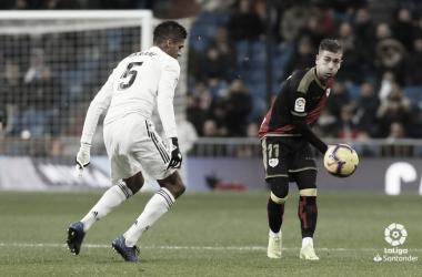 Embarba en una jugada ante Varane en el Bernabéu | Fotografía: Rayo Vallecano S.A.D.