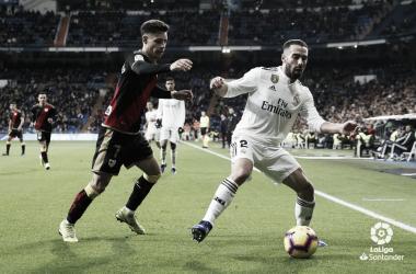 Álex Moreno tratando de arrebatarle el balón a Carvajal | Fotografía: La Liga