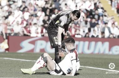 Dimitrievski tratando de ayudar a Álex Moreno | Fotografía: La Liga