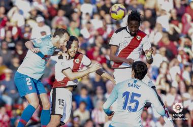 Abdoulaye Ba golpeando un balón | Fotografía: La Liga