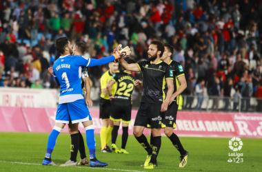 Los jugadores se felicitan por el empate en Almería. Foto: La Liga