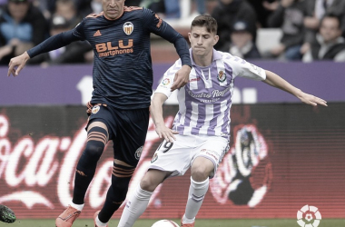 Toni Villa y Rodrigo disputando un balón // Foto: La Liga
