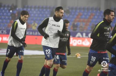 Jugador del Huesca calentando en El Alcoraz | Imagen: La Liga