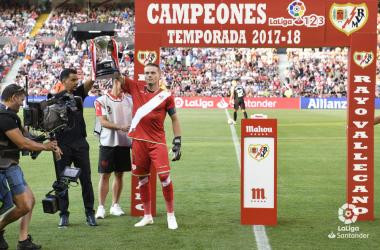 Alberto García levantando el título de Liga 1|2|3 | Fotografía: La Liga