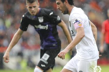 Dani Parejo disputa un balón durante el duelo ante el CD Leganés en Mestalla. | Foto: LaLiga