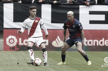 Álex Moreno controlando el esférico | Fotografía: La Liga