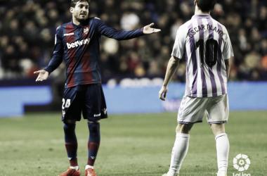 Óscar plano lamentándose en una jugada frente al jugador del Levante. Fotografía: LaLiga Santander