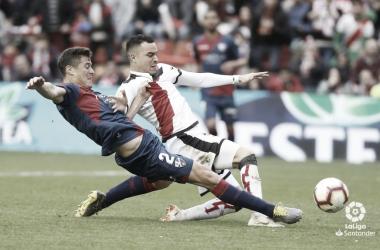 Raúl de Tomás luchando por el balón ante el Huesca | Foto: LaLiga Santander