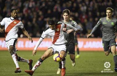 Santi tratando de llevarse el balón ante un rival | Fotografía: La Liga