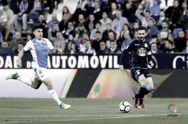 Bustinza tratando de frenar a Adrián, delantero del Deportivo de la Coruña | Foto: LaLiga Santander
