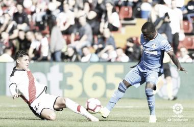 Santi Comesaña tratando de llevarse un balón | Fotografía: La Liga