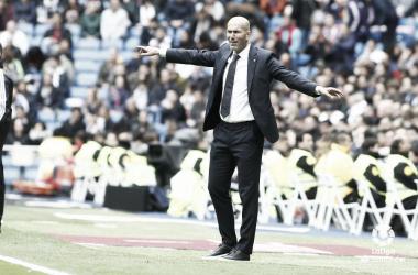 Zidane dirige a los suyos desde la zona técnica / Foto: LaLiga