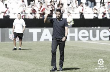Míchel saludando antes de un partido   Fotografía: La Liga