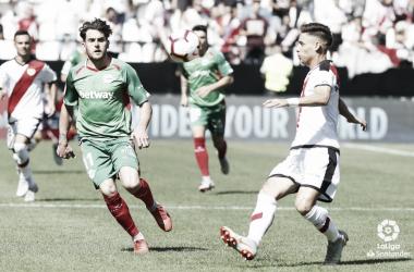 Álex Moreno tratando de alejar un balón | Fotografía: La Liga