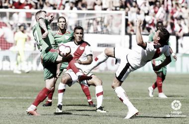 Gorka Elustondo tratando de llevarse un balón | Fotografía: La Liga