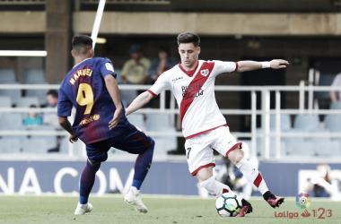 Álex Moreno tratando de desbordar ante un rival | Fotografía: La Liga