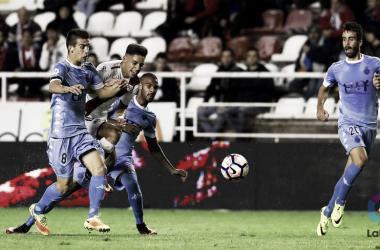 Álex Moreno tratando de lanzar ante rivales | Fotografía: La Liga